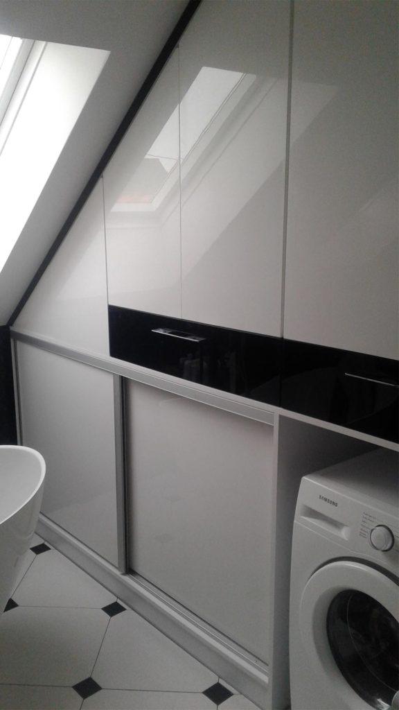 białe meble do łazienki pod skos